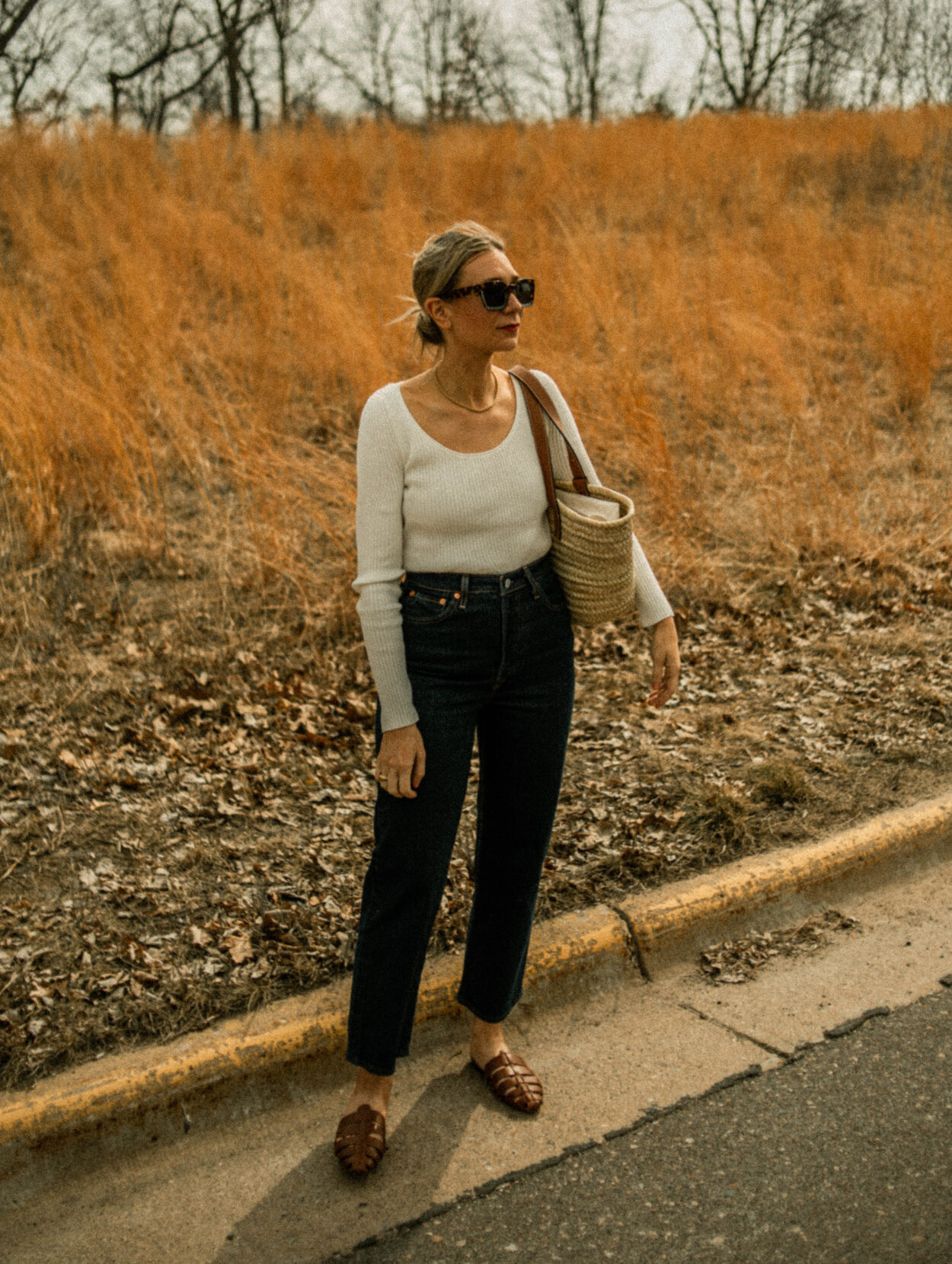 levi's ribcage, dark wash denim, basket bag, white ribbed sweater, brown mules, simple outfit, neutral outfit